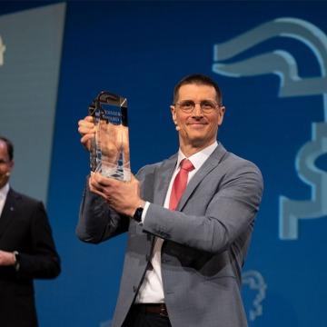 Thomas Fechner holding Hermes Award