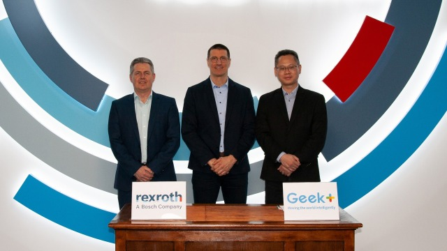 Joerg Heckel (Project Director Intralogistics Robotics at Bosch Rexroth), Thomas Fechner (Senior Vice President Product Area New Business at Bosch Rexroth) and Jackson Zhang (Vice President at Geek+ Europe) sign the cooperation agreement regarding the localization software Locator