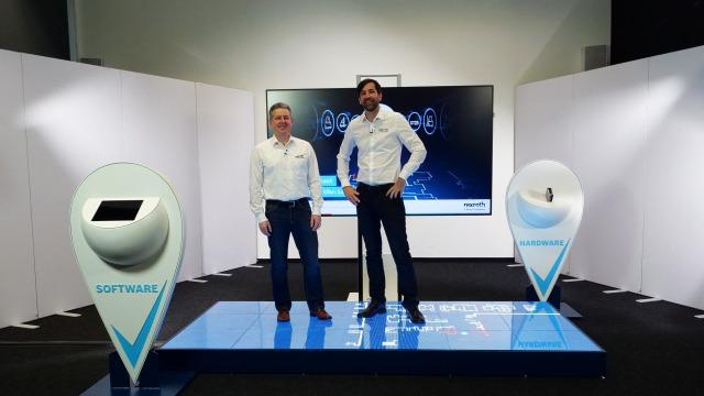Jörg Heckel (Projektdirektor Intralogistics Robotics bei Bosch Rexroth) und Christopher Parlitz (Head of Development Intralogistics Robotics bei grow platform GmbH) informieren über den Locator