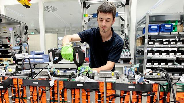 Verschraubung von Batterie-Packs mit einem Funk-Akkuschrauber Nexo mit speziell für die Batteriemontage entwickelter Schutzisolierung.