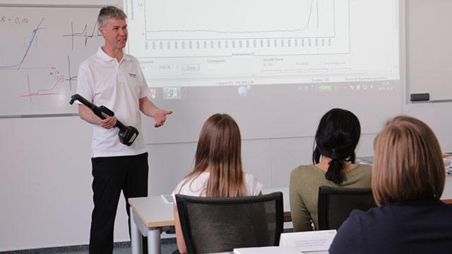 Maßgeschneidertes Training und Qualifikation für technische Fachleute in der Drive & Control Academy von Rexroth.